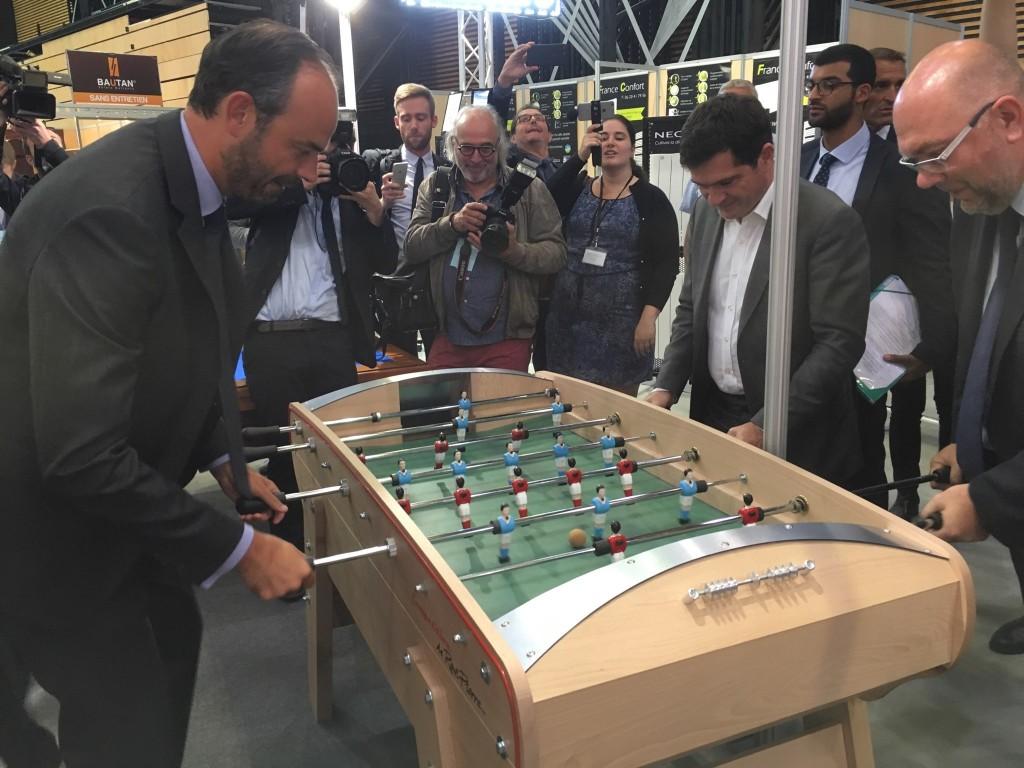 Édouard Philippe joue sur un baby foot Rene Pierre Compétition